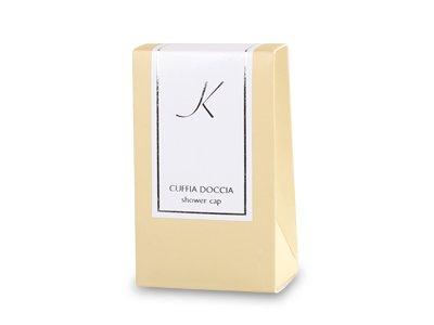 Cuffia doccia in astuccio di cartone con etichetta con stampa argento in lamina, plastificazio- ne opaca