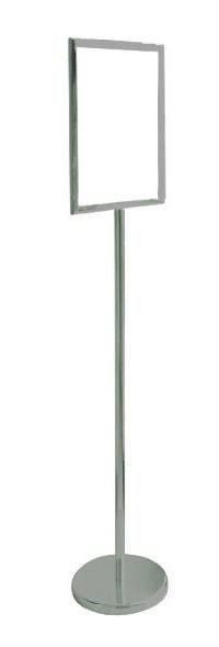 Piantana porta avvisi con struttura in acciaio satinato, rifinitura lucida, tasca porta avvisi in plexi trasparente (l 34 x h 46 cm / l 46 x h 34 cm). Base zavorrata rotonda Ø 31 cm, asta a sezione rotonda Ø 3 h 114 cm.